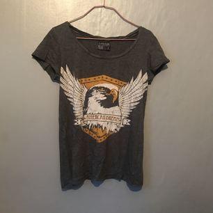 T-shirt från carlings. Knappt använd. Org pris typ 199??. Frakt 20kr.