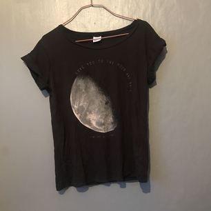 T-shirt från Gina. Storlek L men passar M lika bra. Inga avvikelser i ett bra skick. Frakt 20kr