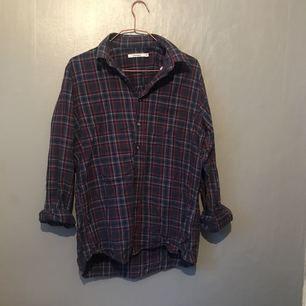 Äldre skjorta från Dressmann. Den är i mycket fint skick och är superskön! Inga skavanker. Frakt 30kr.