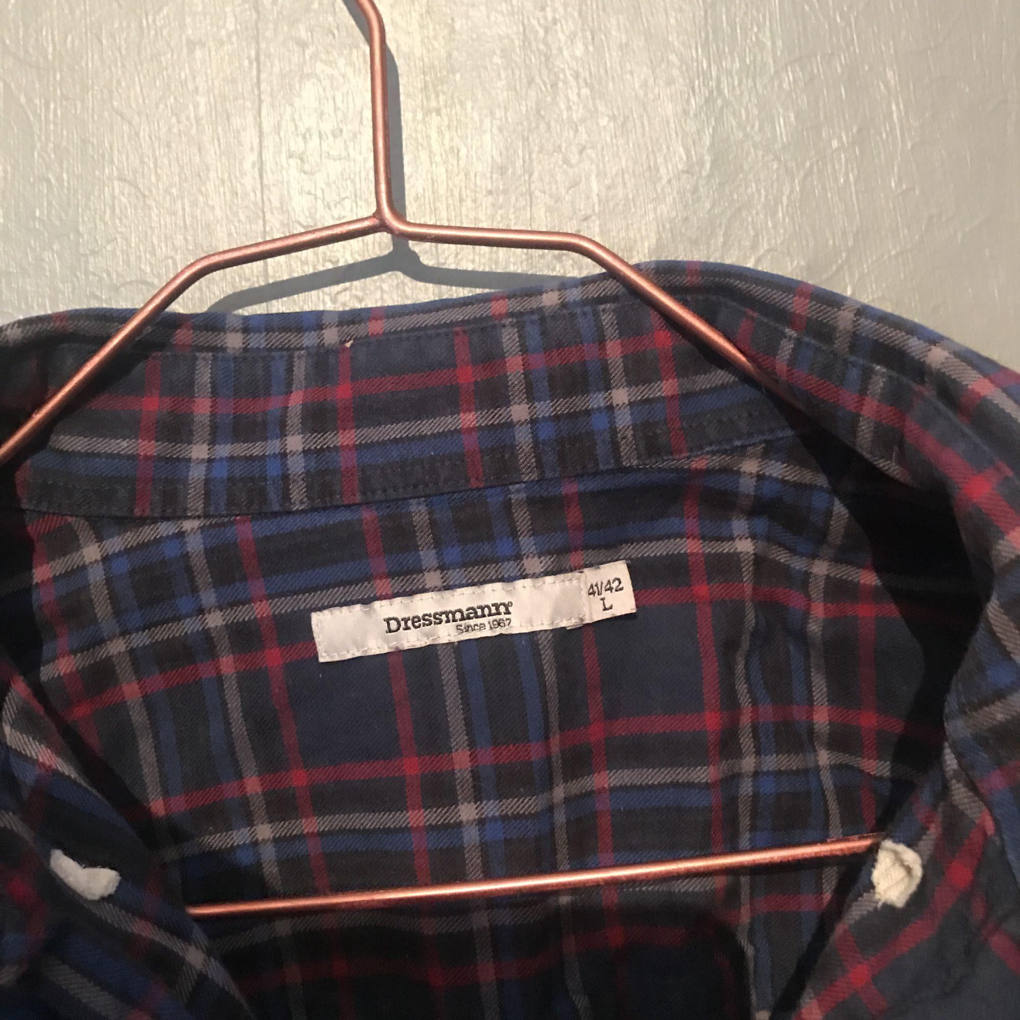 Äldre skjorta från Dressmann. Den är i mycket fint skick och är superskön! Inga skavanker. Frakt 30kr.. Skjortor.