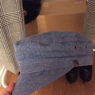 Säljer denna hatt från 40 talet! Svider lite att sälja den men måste rensa garderoben! Priset är ganska högt då den har väldigt hög kvalité