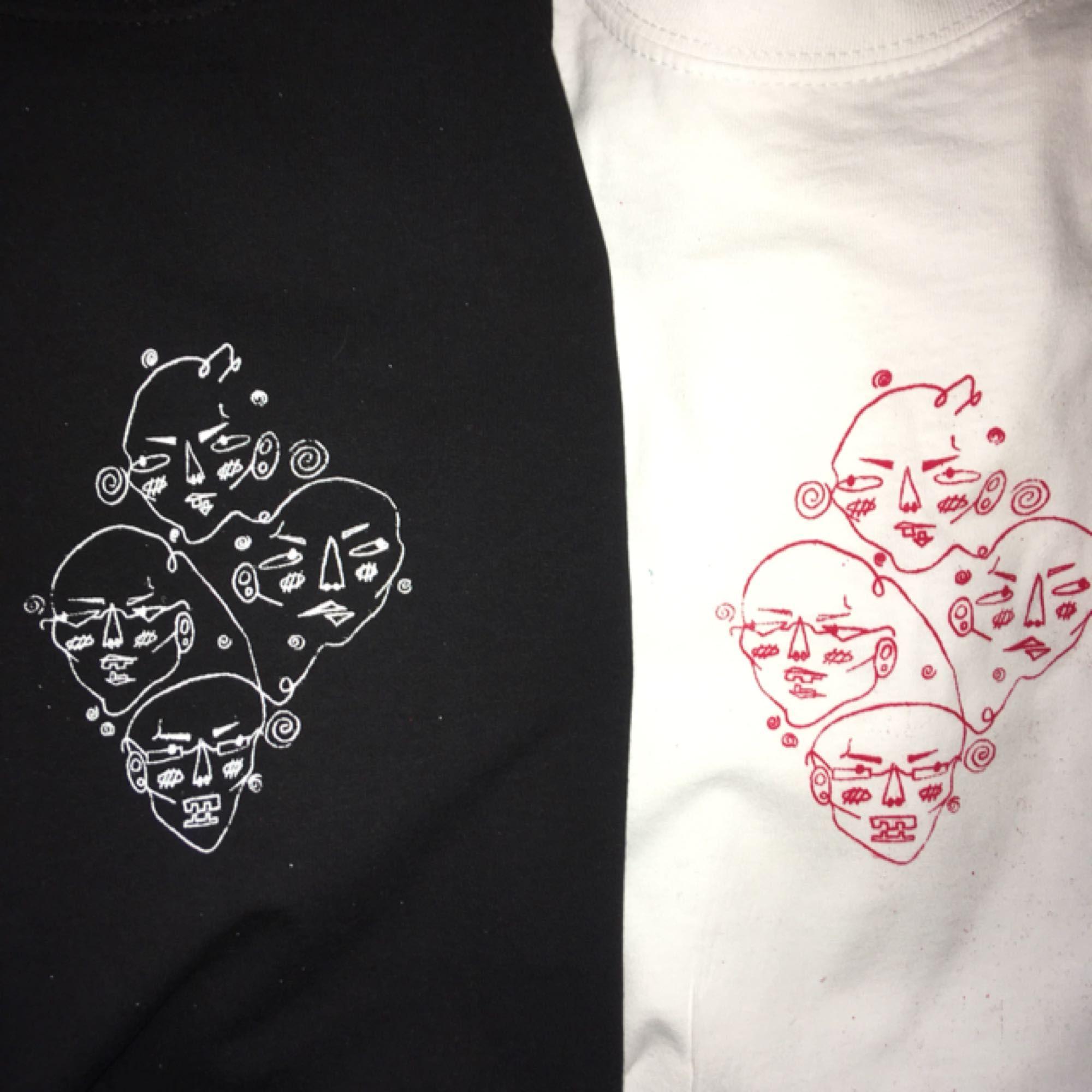 Handtryckta tröjor med egen design av mig! Har storlekarna S-L inne men XL kan beställas in! Finns i färgarna beige, svart, vit och blå! För att se mer kolla @marnbymerch på instagram 💞. T-shirts.