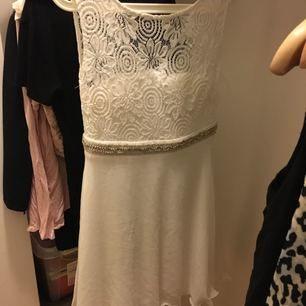 Vit klänning som är endast använd på studentdagen, nyskick.