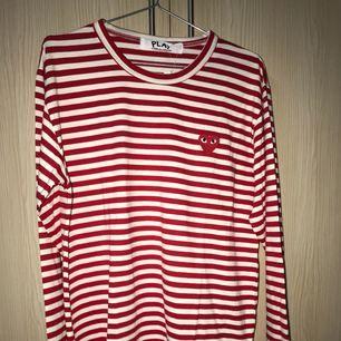 Comme des garcons i vit röd randig i storlek M. Kan tänka mig att sälja för 600kr inkl frakt via Swish.
