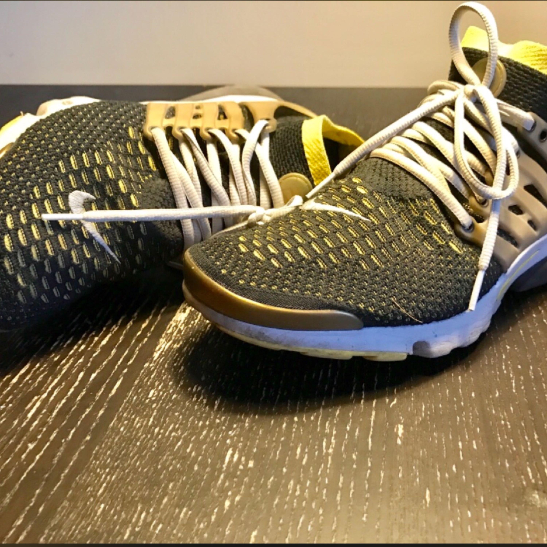 Nike Air Presto Ultra Flyknit.  Mycket bra skick! skorna är sparsamt använt.. köpte på sneakers n stuff i 2016.  // ultraboost , adidas   storlek : us 11 / eu 45 nypris : 1500kr. Skor.