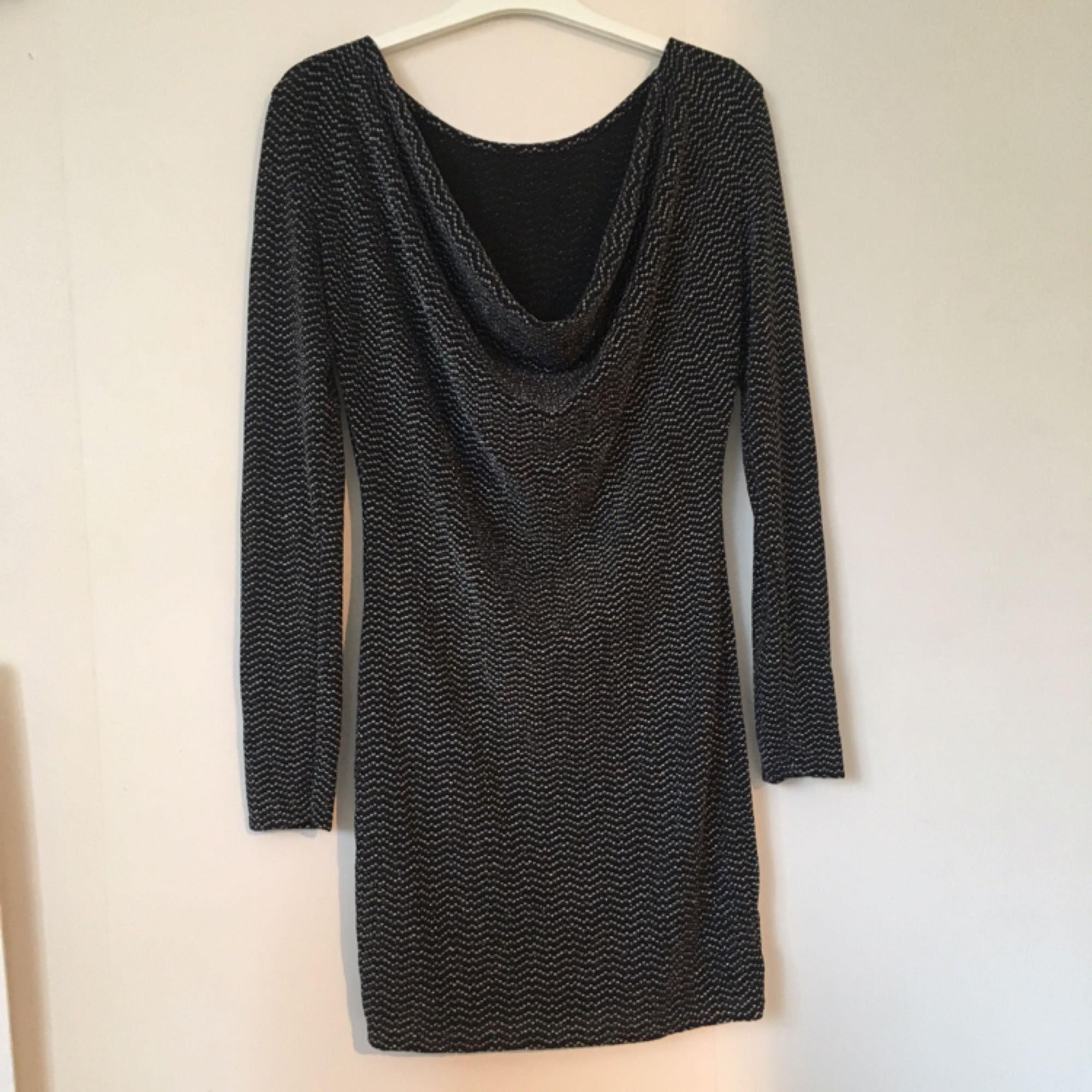 Aldrig använd supersnygg klänning till nyår! Passar S-M. Figurnära öppen  rygg 3ee44d4caad37