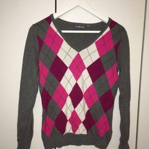 Grå och rosa sweater /kofta från Race Marine. I mycket fint skick! Skriv till mig för fler bilder, mått eller andra frågor! :)