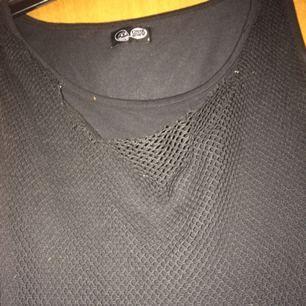 Nätklänning i bra skick. Märkt med storlek S men den skulle nog kunna passa M också då den känns stor i storleken.