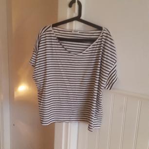 T-shirt från MTWTFSS Weekday. Köparen står för frakten. Kan mötas upp i Gävle, Stockholm eller Sundsvall.