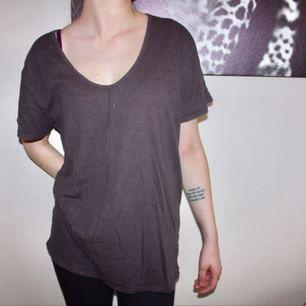 Helt oanvänd brun v-ringad t-shirt från Cheap Monday.