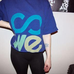 Mörkblå avklippt T-shirt från Sweet Skateboards. Storlek large. Som en oversize croptop :)  Frakt 30kr