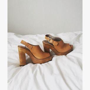 Sandaler från Zara i äkta läder med träklack. Bara använda en gång, som nya i skicket!