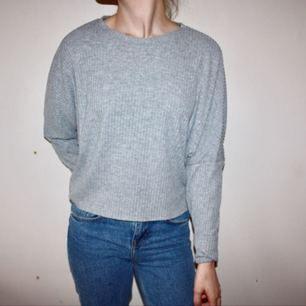 Grå ribbad tröja från BIKBOK. Storlek small. Endast använd 1 gång  Frakt 42kr