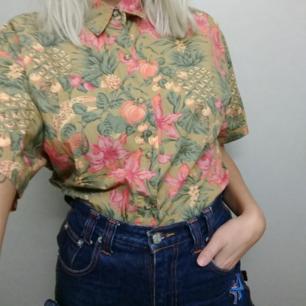 Blommig skjorta. L men känns mer som en M.