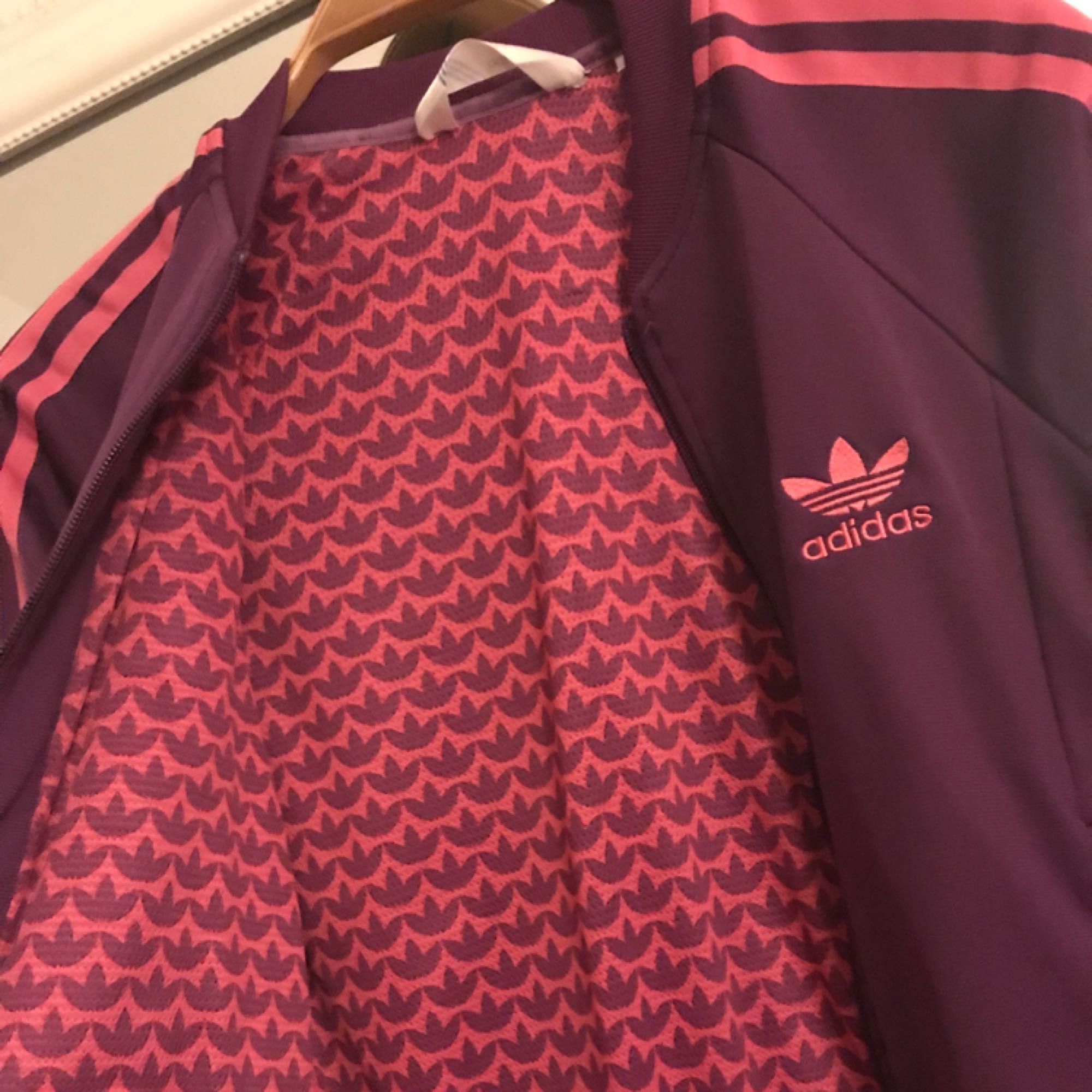 Adidaskofta i storlek 36, passar mig & jag är en liten 34. Jag har swish & kan frakta om köparen står för fraktkostnaden💌. Huvtröjor & Träningströjor.