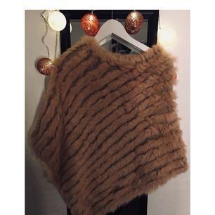 Säljer denna oanvända poncho i storlek one size! Den är kamel brun!