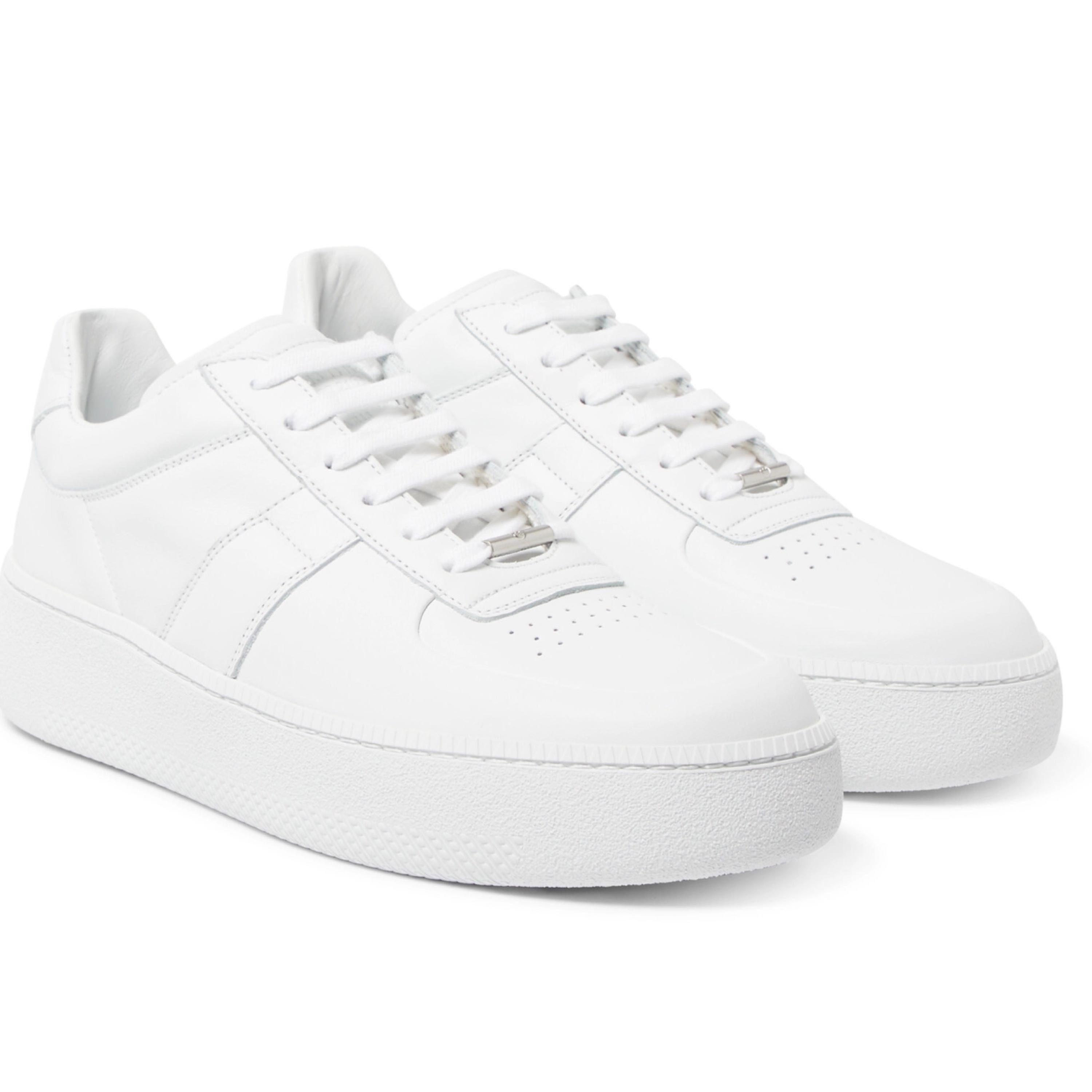 Classic White sneakers from the exclusive French line Maison Margiela. Supple, soft and top of the line leather, comfort and quality come together to form just about the perfect sneaker around.  More information about the sneakers on Mr Porter here:  https://www.mrporter.com/en-se/mens/maison_margiel a/leather-sneakers/881306?ppv=2  Used only once, loved the comfort but just didn't use them enough to justify keeping it.   New price at Mr Porter : 5,400 SEK My price : 2,200kr  Questions? Drop me a msg.  Merry Xmas in advance! 2 200 kr. Skor.
