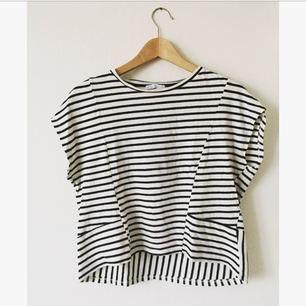 Randig t-shirt i lite tjockare bommulsmaterial från Zara. Kortare fram och längre bak. I bra skick och storlek small.