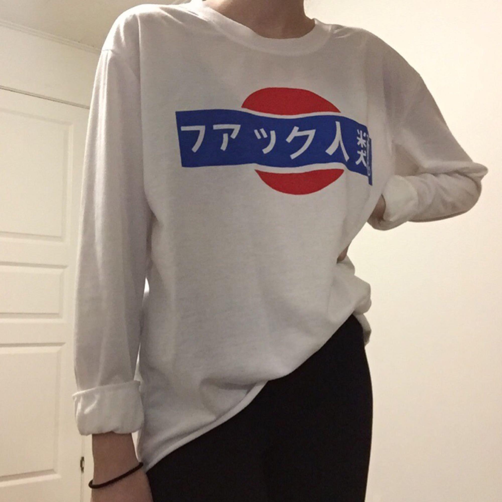 Tröja med japansk text. Köpt online men aldrig använd.. Tröjor & Koftor.
