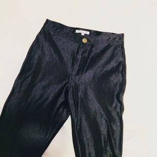 Svarta disco pants från Glamorous. Väl använda men mycket bra skick! Små fickor bak som på American Apparels original-byxa.