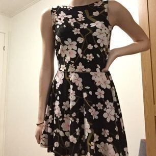 Jätte fin klänning med cherryblossom motiv! Använd 1 gång till en middag och är i jätte bra skick! Den är super stretchig men passar xs-s. Köpt online så jag vet inte riktigt vilket märke det är. Köpare står för frakt, och jag tar inte ansvar efter det skickats.