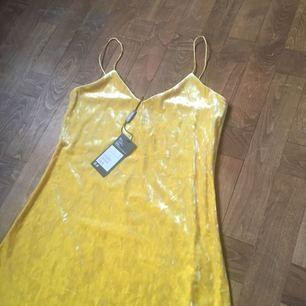 Så fin gul sammetsklänning från Weekday, helt oanvänd! Tags kvar💕 Möts upp i Stockholm eller skickar mot frakt som köparen står för 👻