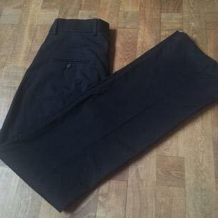 Kritstrecksrandiga kostymbyxor från Tiger Of Sweden. Står storlek 34 men är garanterat storlek 36! Möts antingen upp i Stockholm eller skickar mot frakt som köparen står för 👽
