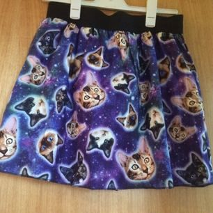 Helt ny cats in space-kjol! Funkar även på M skulle jag tro! Finns på fler sidor. Frakten ingår i priset.