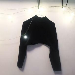 Avklippt svart polo :-) passar perfekt till den mörka vintern, så kan du smälta in som en liten kameleont!   FRI FRAKT 🌻🌹
