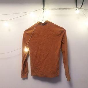 Skrynkel skrynkel jag vet meeeeeen; här har ni en super najs polotröja i stretch material från American Apparel :---) sjukt fin färg tycker lille jag - senapsgul!!  FRI FRAKT 🌻🌹
