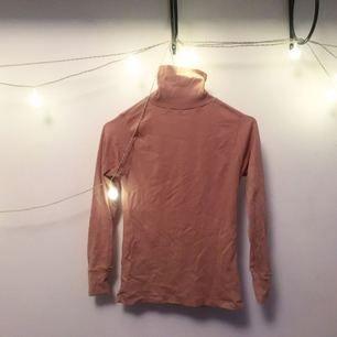 Brun polo med stretchigt tyg, sjukt skön verkligen!! Sorry för skrynklet haha men dessa kläder jag säljer har legat i garderoben för länge, dags o byta ägare ;)  FRI FRAKT 🌻🌹