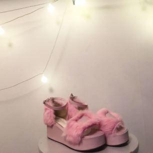 Waaaaaa!!!! Dessa skor är bland de bästa köp jag NÅGONSIN gjort, använde dem en del förra sommaren men sen dess har mina fötter växt ur dem vilket suuuuuger :') helt klart coolaste skorna som finns! Asså kolla hur fiiiina dem ärrrrr 😫🌺