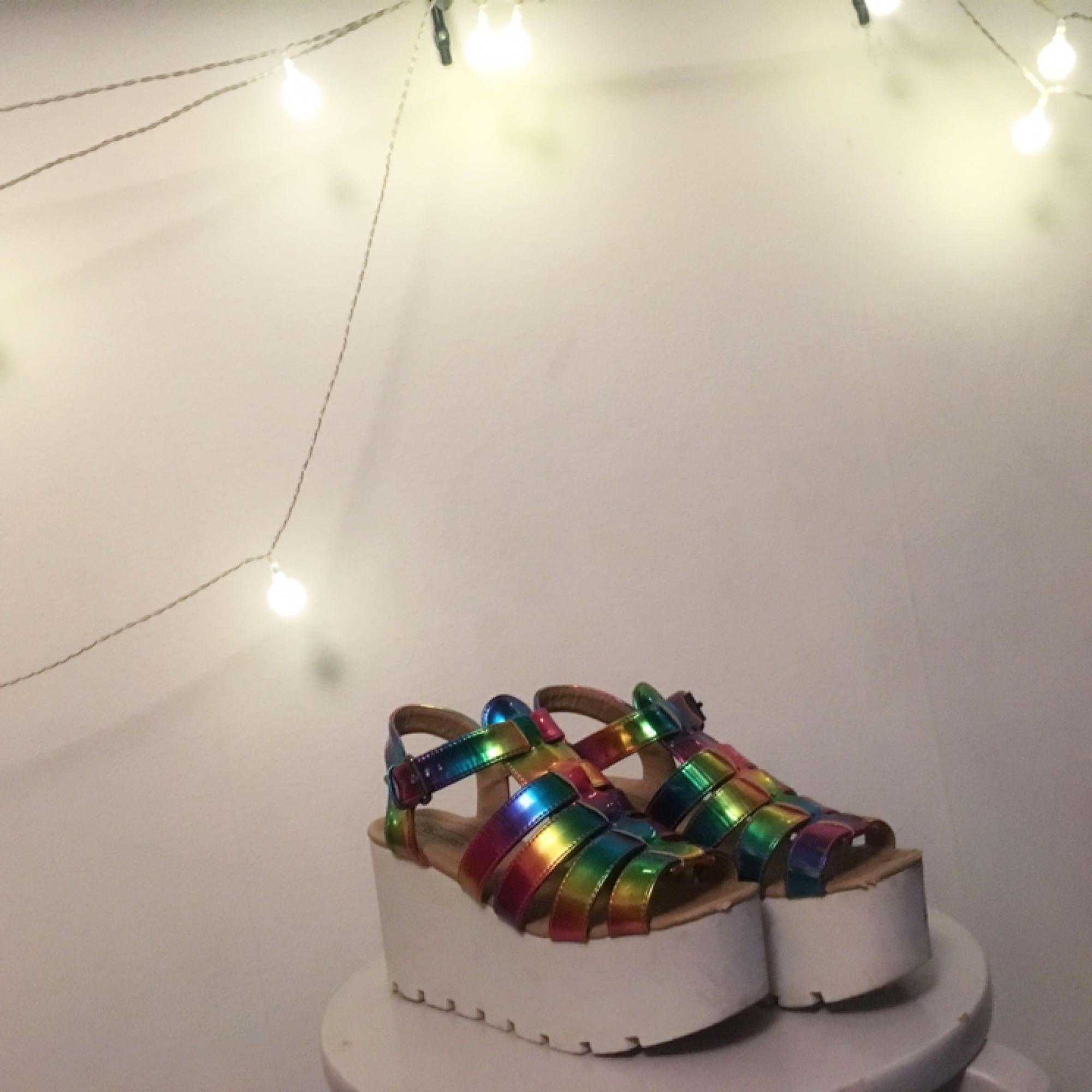 Urrrrrcoolaaaa sandalskor !!! Asså TITTA på dem :'''''') på ena skon finns en liten fläck som ej går bort (som en ser på andra bilden) men det ärverkligen ingenting en bryr sig om när en har dessa gudagåvor på sig 🌺  . Skor.