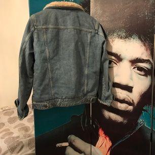 Nästintill oanvänd jeansjacka från topshop. Den är i storlek 38, men har även passat mig bra som oftast har 36. Fraktkostnad tillkommer. Nypris 849kr