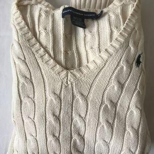 Super fin tröja från Ralph lauren!  Knappt använd, gjord av Kashmir. Strl: S/M Pris:300kr