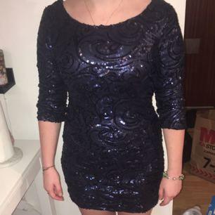 Supersnygg mörkblå paljettklänning/fodral Strl S Från Bikbok Använd en gång på konsert