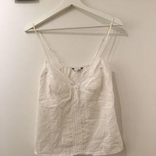 Jätte fint linne/top som man både kan använda till vardags och även hemma. Den har även justerbara band. Köpt från Lindex men knappt använd. (Kan mötas upp eller frakta, frakten betalas av köparen)