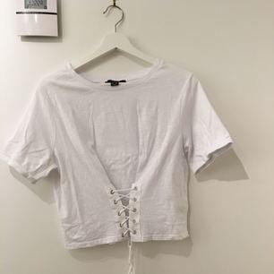 Coolt linne med snörning på framsidan. Den är använd två gånger och är då väldigt sparsamt använd. (Jag kan mötas upp eller frakta, frakten betalas av köparen)