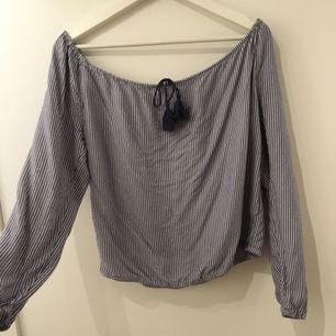 Super fin off shoulder blus/långärmad tröja. Den är köpt för ungefär ett år sedan och är väldigt sparsamt använd. (Jag kan mötas upp eller frakta, frakten betalas av köparen)