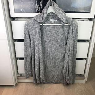 Stickad gråmelerad kofta med luva från American Eagle Outfitters strl xs! Aldrig använd så i nyskick!
