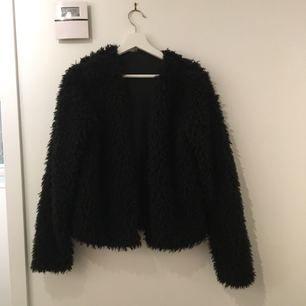 Jätte mysig och snygg pälsjacka/kofta som är köpt från Gina Tricot. Den är använd endast fåtal gånger och är i väldigt bra skick. Den är i storlek L men passar mig som har storlek S/M. (Jag kan mötas upp eller frakta, frakten betalas av köparen)