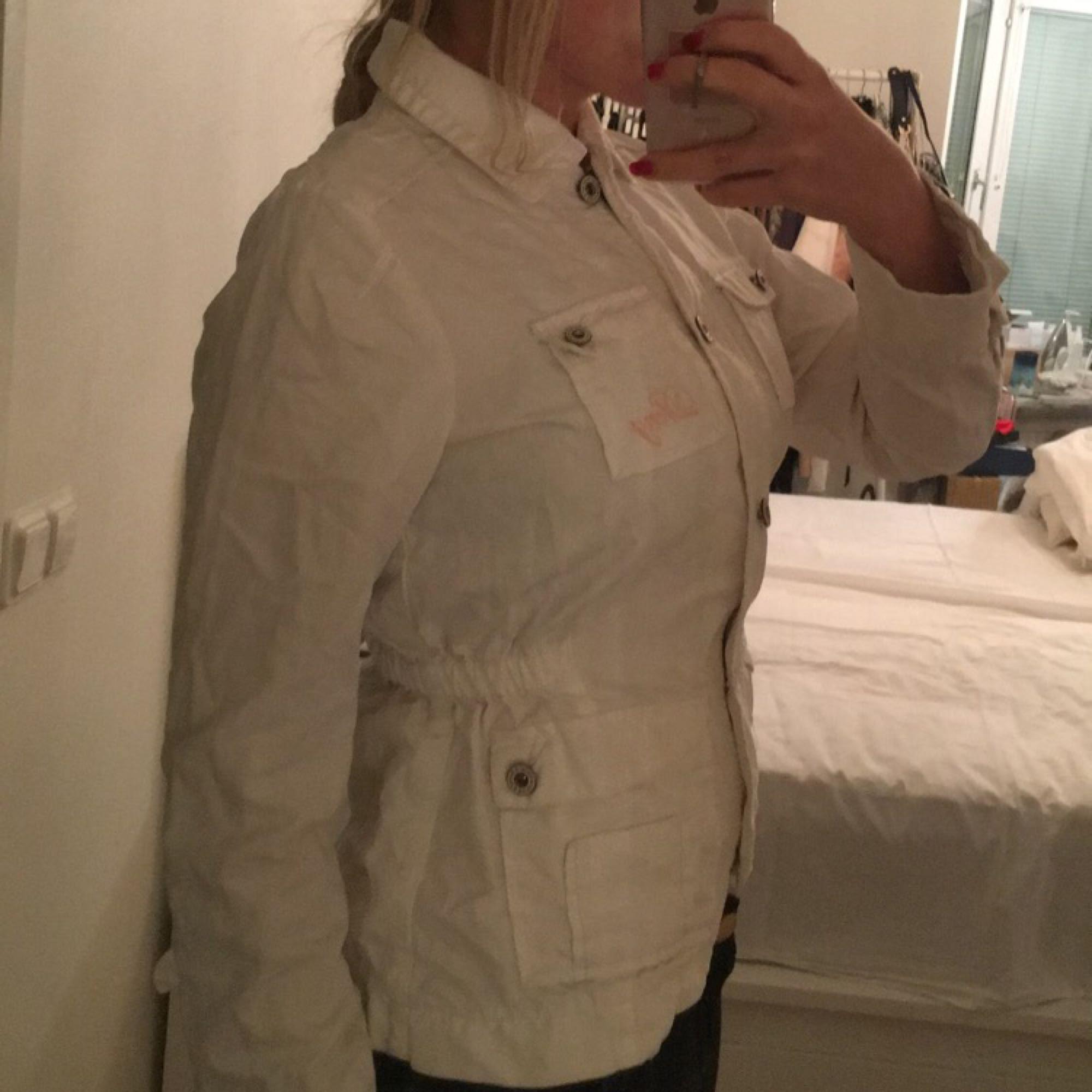 Jättefin jacka från DKNY med resprband i midjan så man ser smalare ut! Storlek Small/medium. I nyskick, ej använd.. Jackor.
