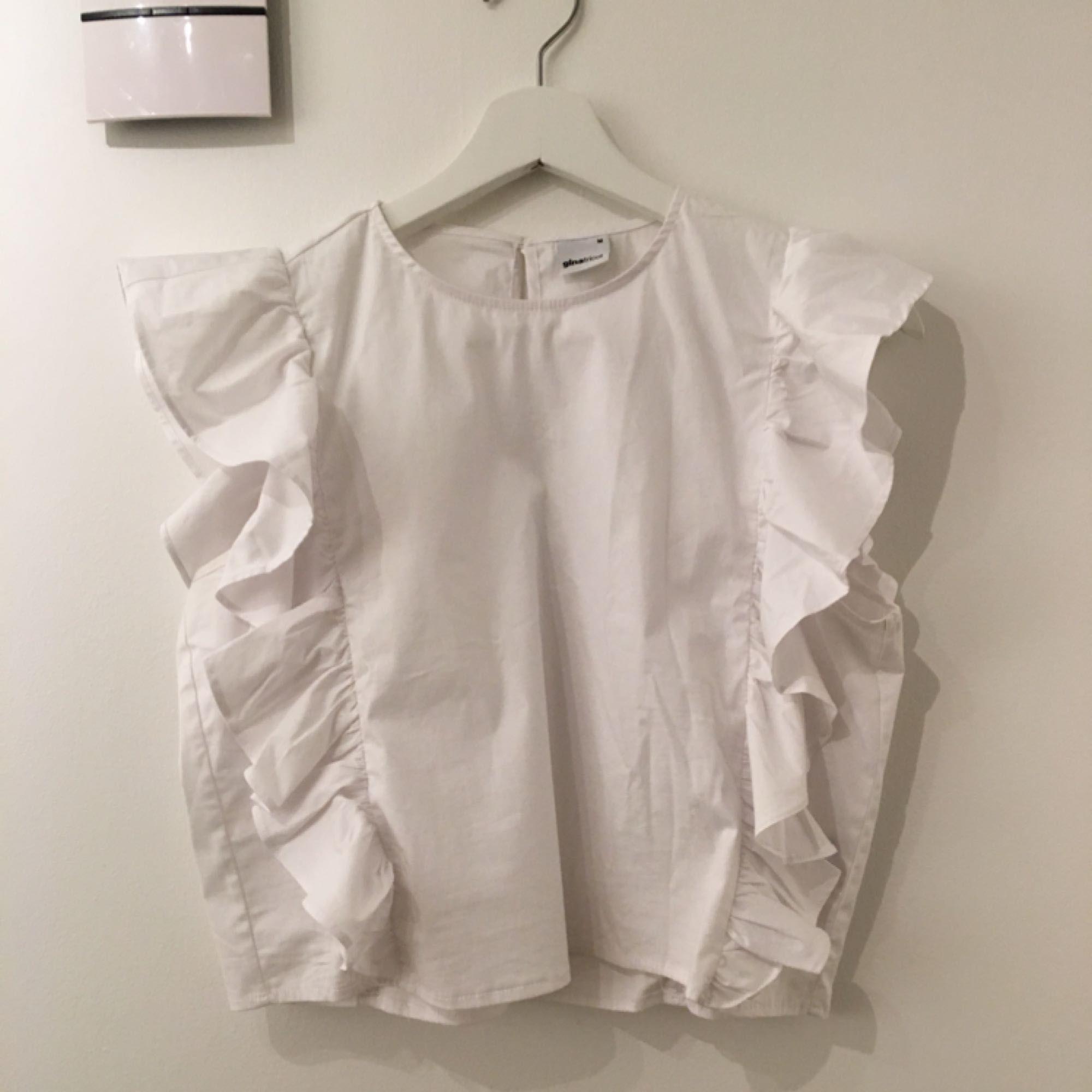 ... Wirklich schöne weiße Spitze von Gina Tricot in Größe M, paßt es auch  S. ... 784fd6ed6a