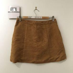 As ball och snygg fejk mocka kjol ifrån H&M. Den är knappt använd och är därav i väldigt bra skick. Den har en dragkedja från botten till toppen som man antingen kan ha fram eller bak. (Jag kan mötas upp eller frakta, frakten betalas av köparen)