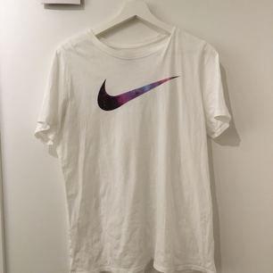 Så jäkla cool Nike tröja med Nike märket i space färger. Den är använd två gånger och RÄ i väldigt bra skick. Jag är själv S/M och gör mig passar den snyggt oversized och instoppad i byxor. (Jag kan mötas upp eller frakta, frakten betalas av köparen)