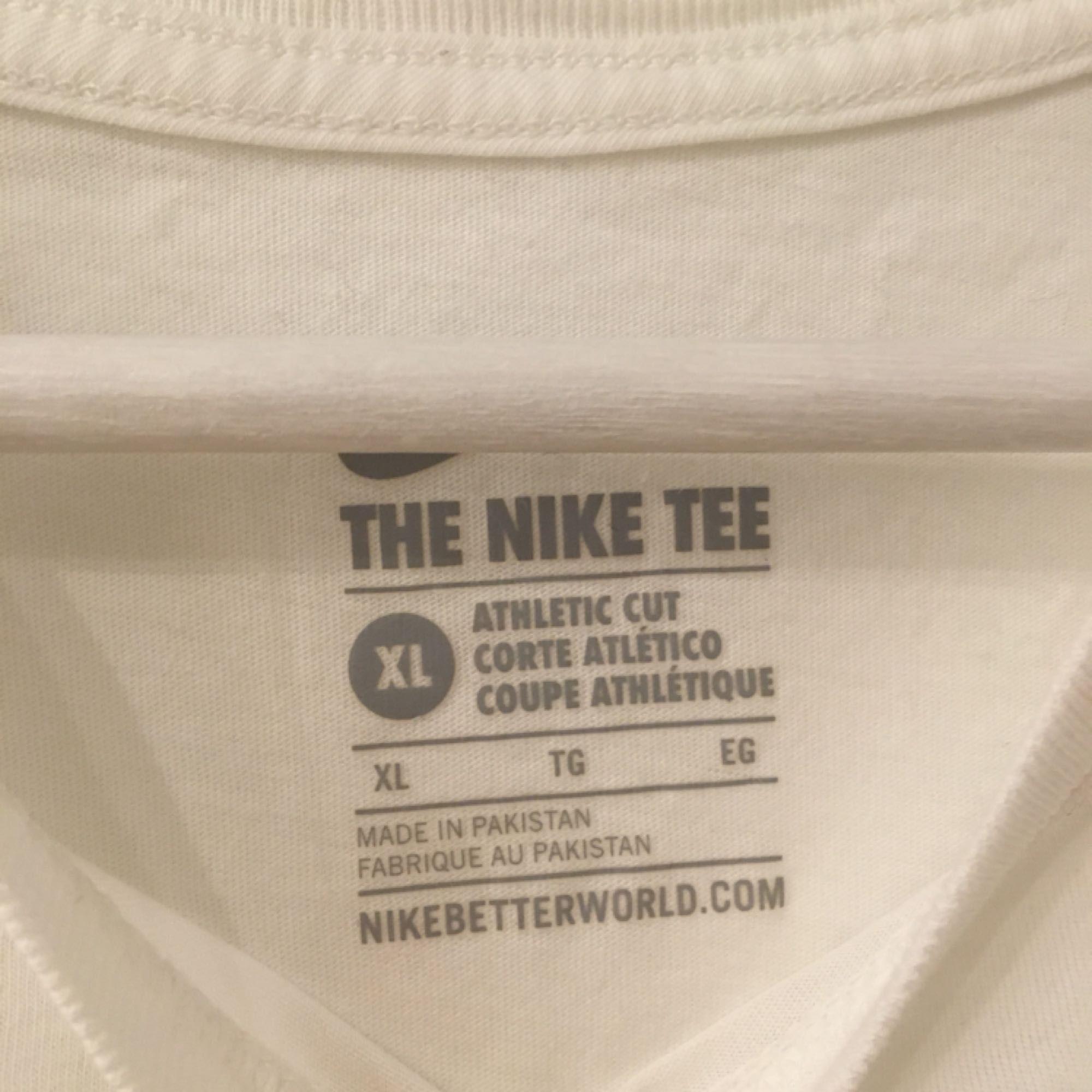 8ff11e58 Det bruges to Så freaking køligt Nike skjorte med Nike mærke i løbet af  farver.