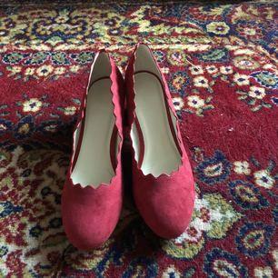 Helt oanvända skor från Na-kd - endast testade men passa inte mig.   Säljer för 150kr