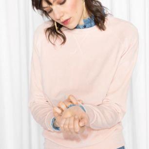 Fantastisk ljusrosa sweatshirt i velour från & Other Stories. Skönaste tröjan i stan! Betalning via Swish, frakt på 69:- tillkommer.