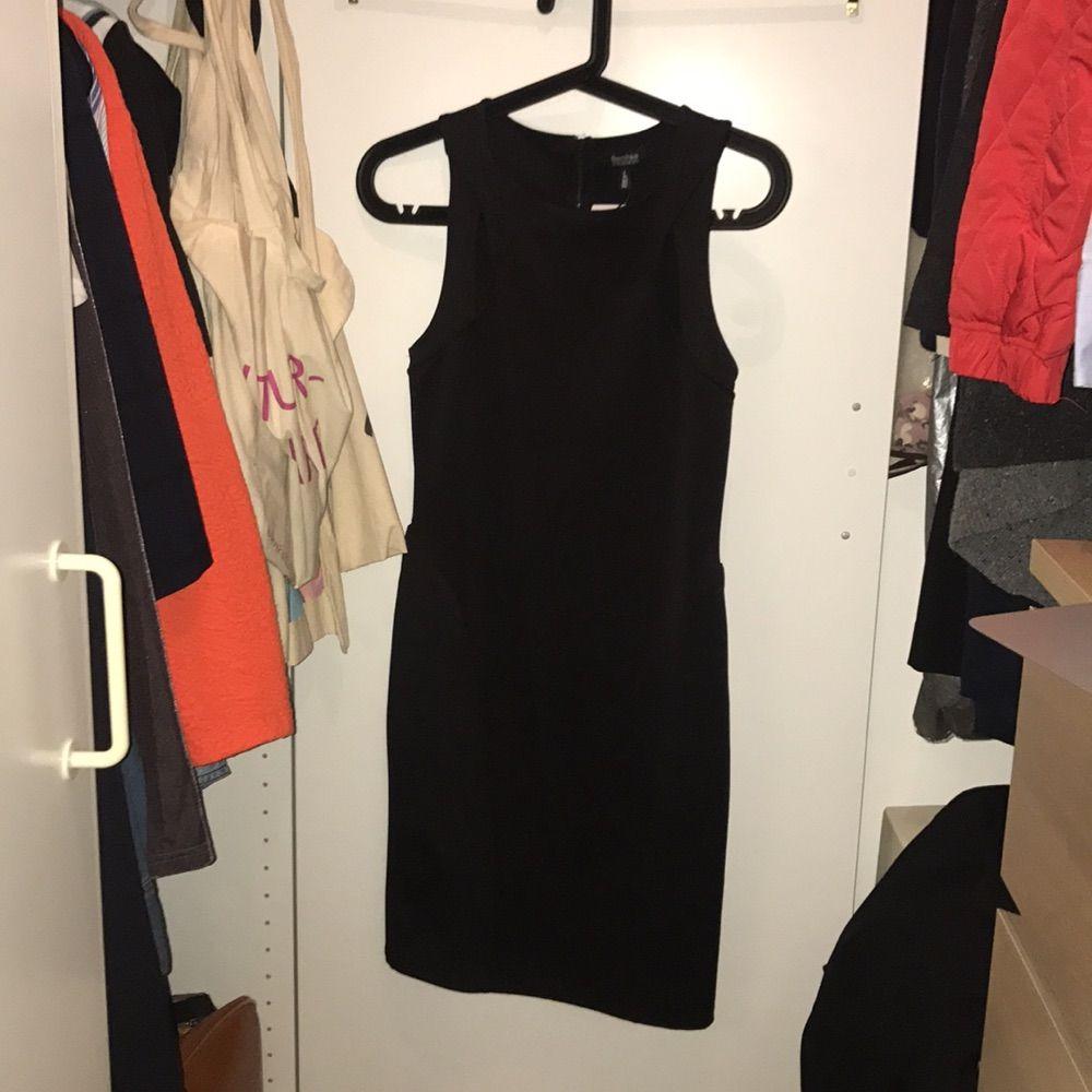 The little perfect black dress! Sitter mer som en M därav aldrig använd. Figurformad och sitter som smäck! Från berskha. . Klänningar.