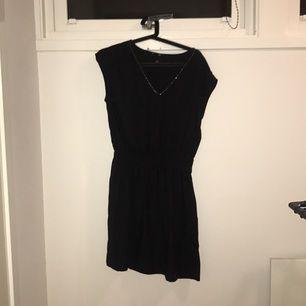 Enkel svart klänning från hm! Perfekt för en sommarkväll eller med en stickad tröja över,